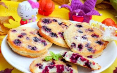 Бисквитные оладьи с чёрной смородиной