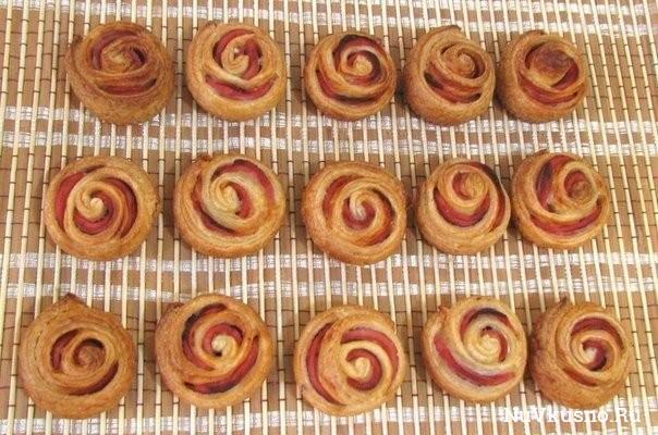 Колбасные «розочки» в слоеном тесте