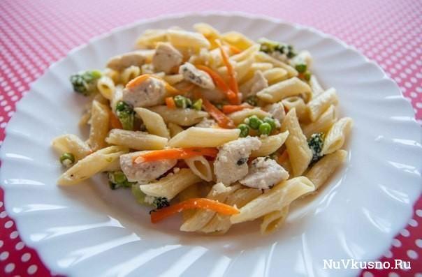 Паста с курицей, овощами и сливочным соусом