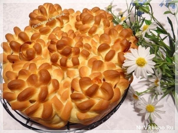Пирог «цветы» с беконом и сыром чечил
