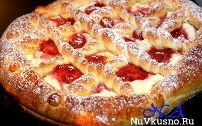 Пирог из дрожжевого теста с творогом и фруктами