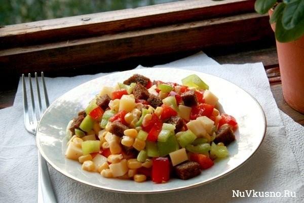 Пёстрый» салат из перца, сыра и кукурузы
