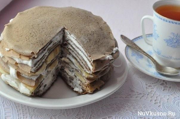 Шоколадный блинный торт с творожным кремом и бананами