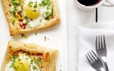 Слойки с яйцом, ветчиной и сыром